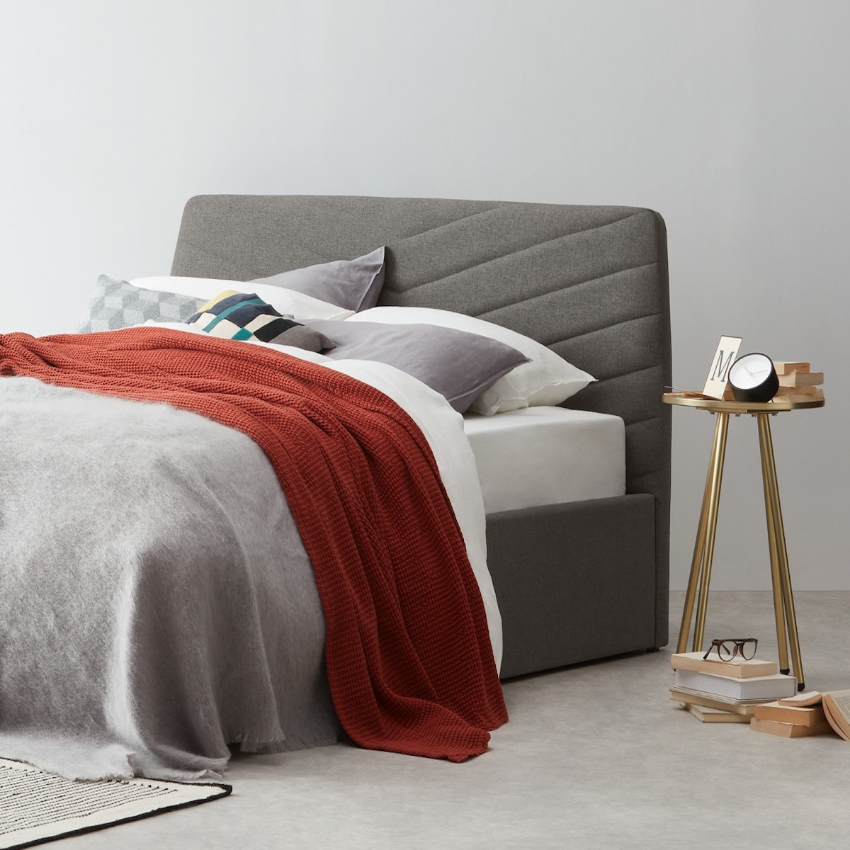 lit king size gris moderne sommier rangement plaid rouge table laiton ronde