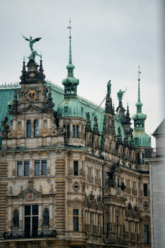 mairie détail moulure mur marron jaune toit vert dorure