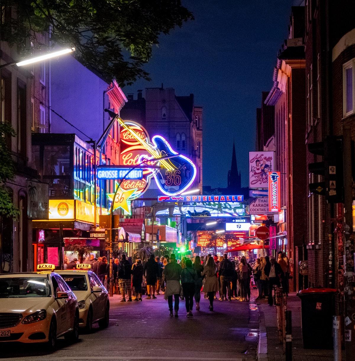 néon lumineux ruelle hambourg architecture brique immeuble
