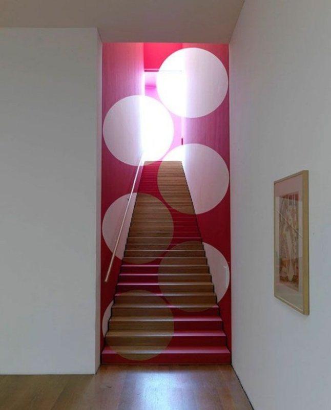personnaliser pièce décoration escalier peinture style psychadelic 70s