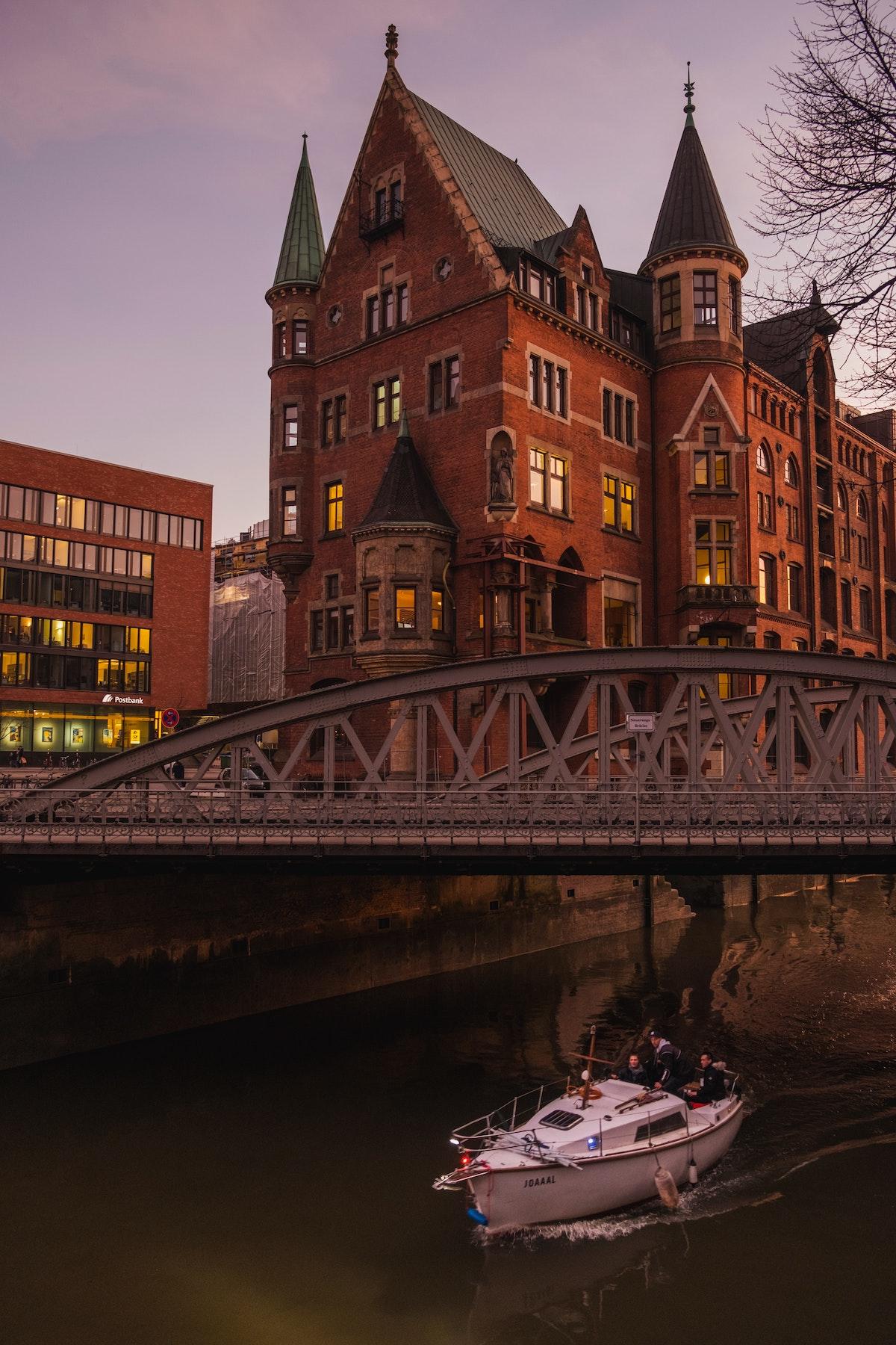 pont fer bâtiment rouge brique style industriel