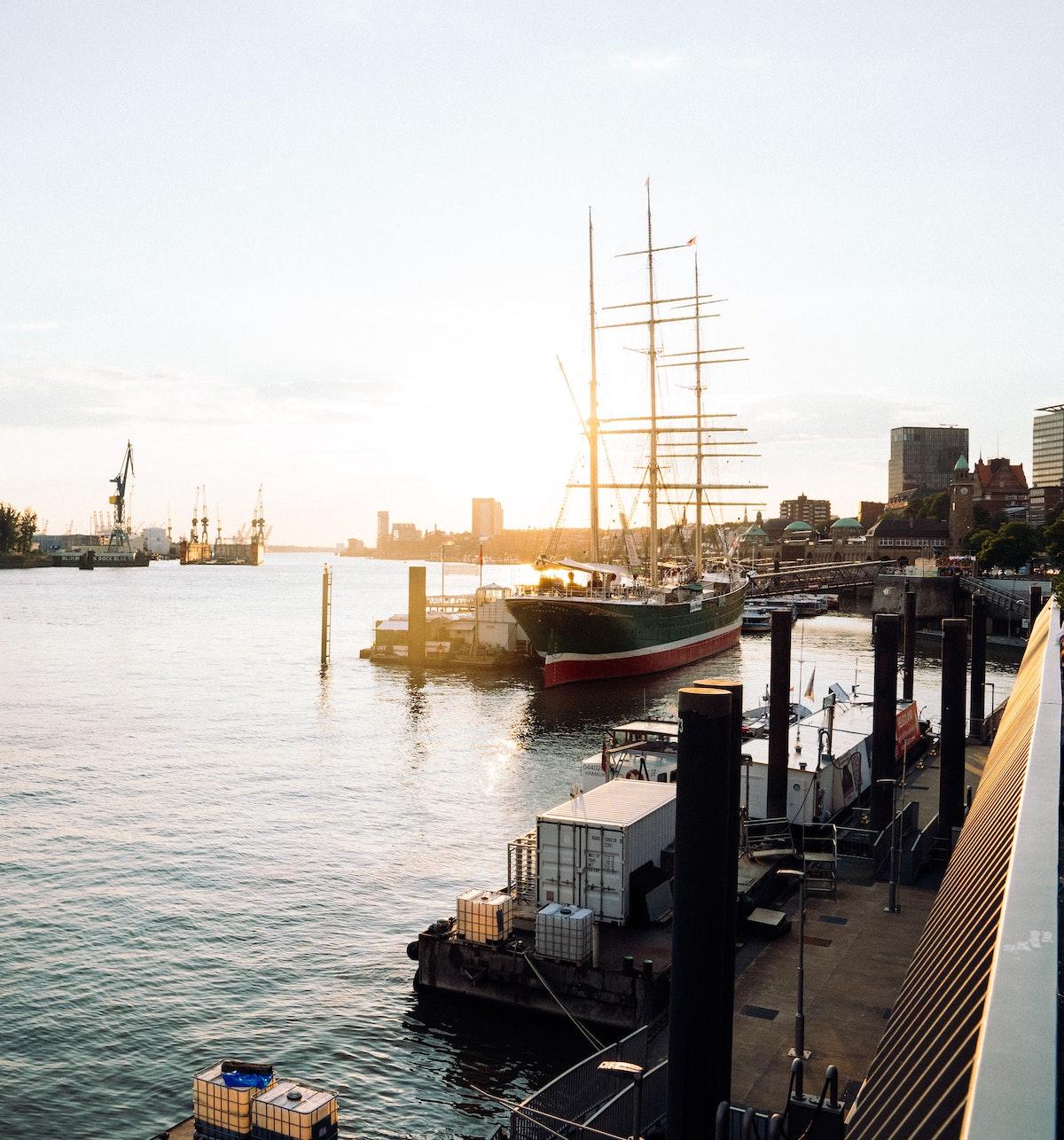 port hambourg coucher de soleil bateau architecture portuaire