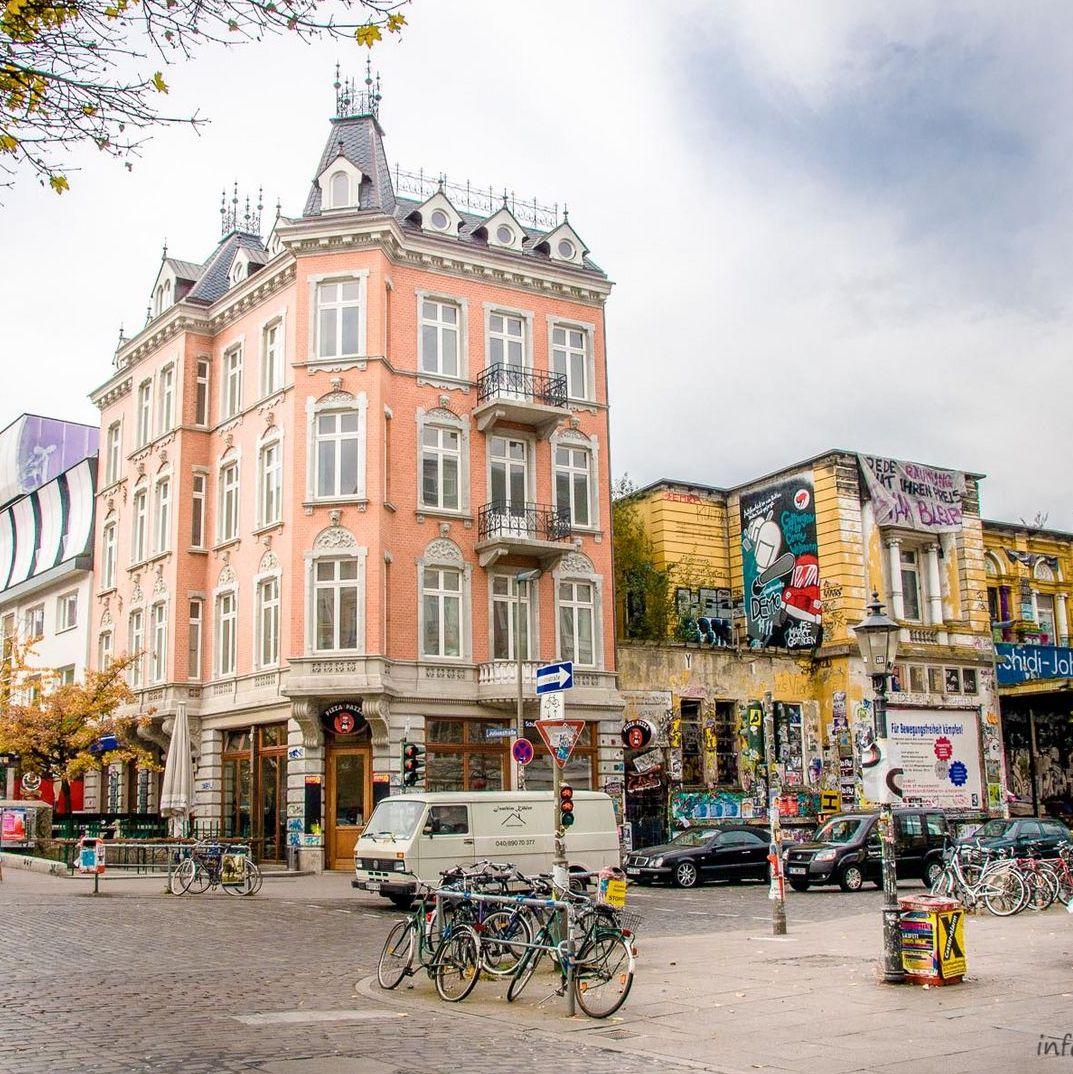 quartier allemand street art bâtiment orange corail jaune rue pavé