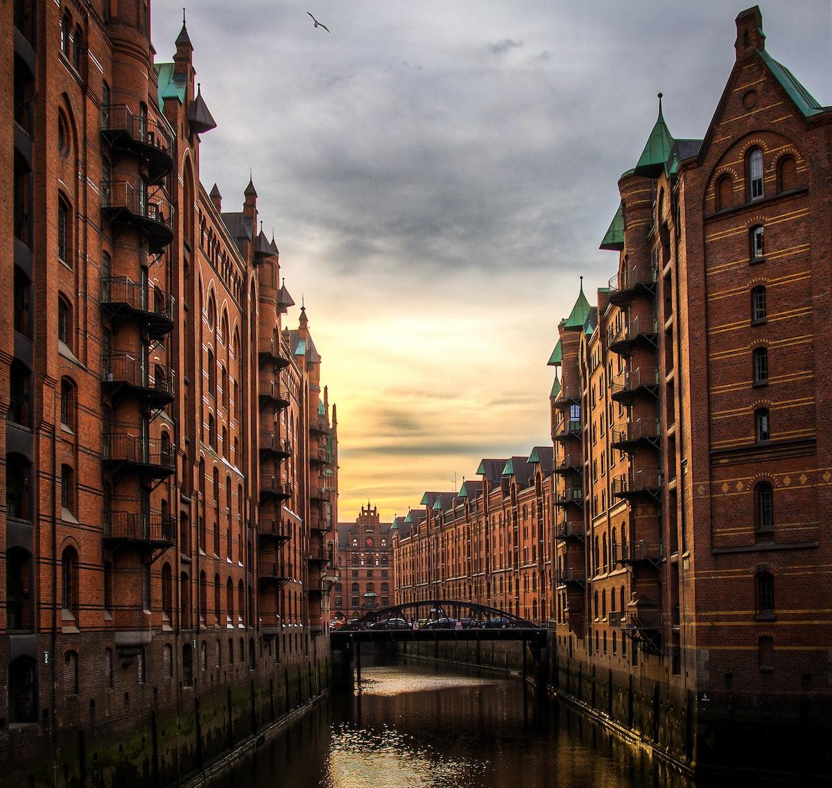 quartier hambourg mur briques rouge dorure toit vert pont fer architecture