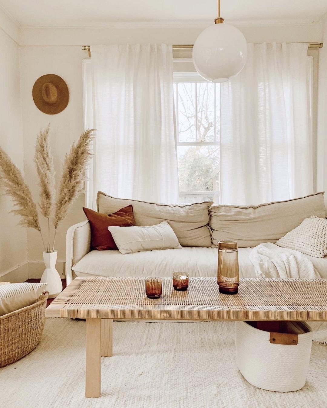 salon cosy déco couleur chanvre table basse rectangulaire bois plaid blanc pampa bouquet fleurs séchées