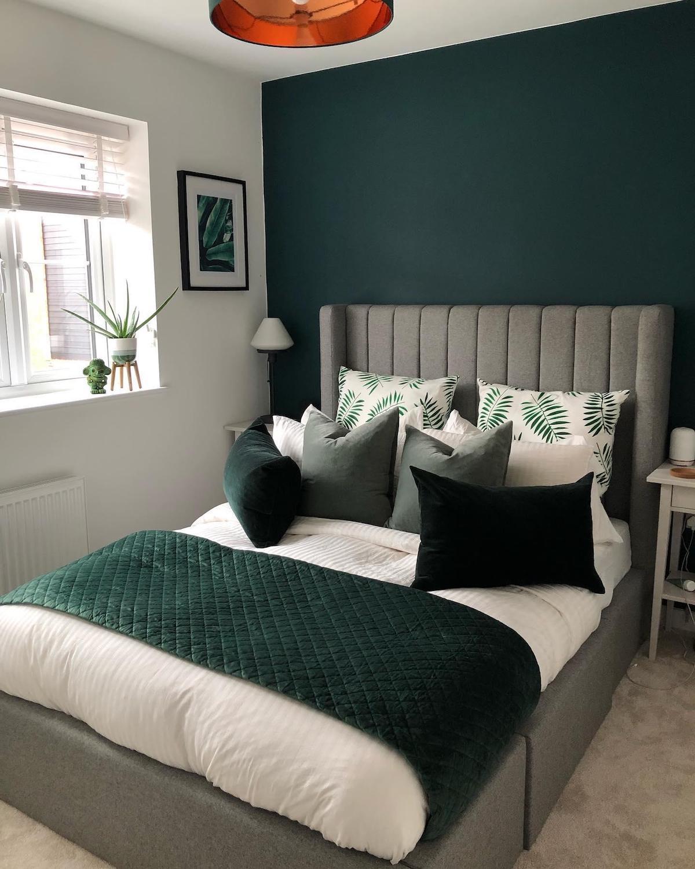 tête de lit gris clair sans pied velours coussins vert foncé déco végétale confortable