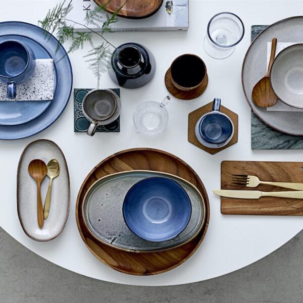 art de table vaisselle en grès bleu blanc bois couvert laiton