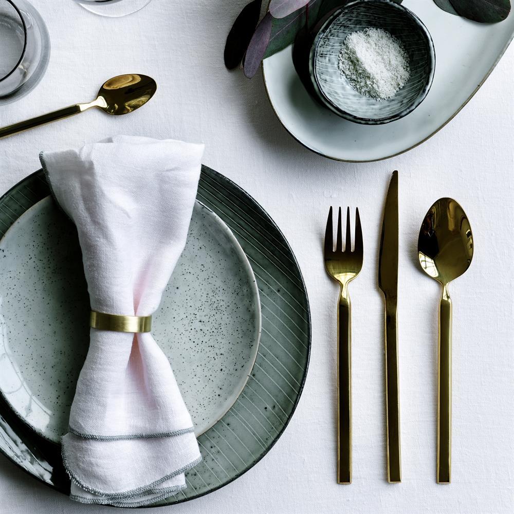 assiette grès naturel couvert laiton art de table rustique scandinave