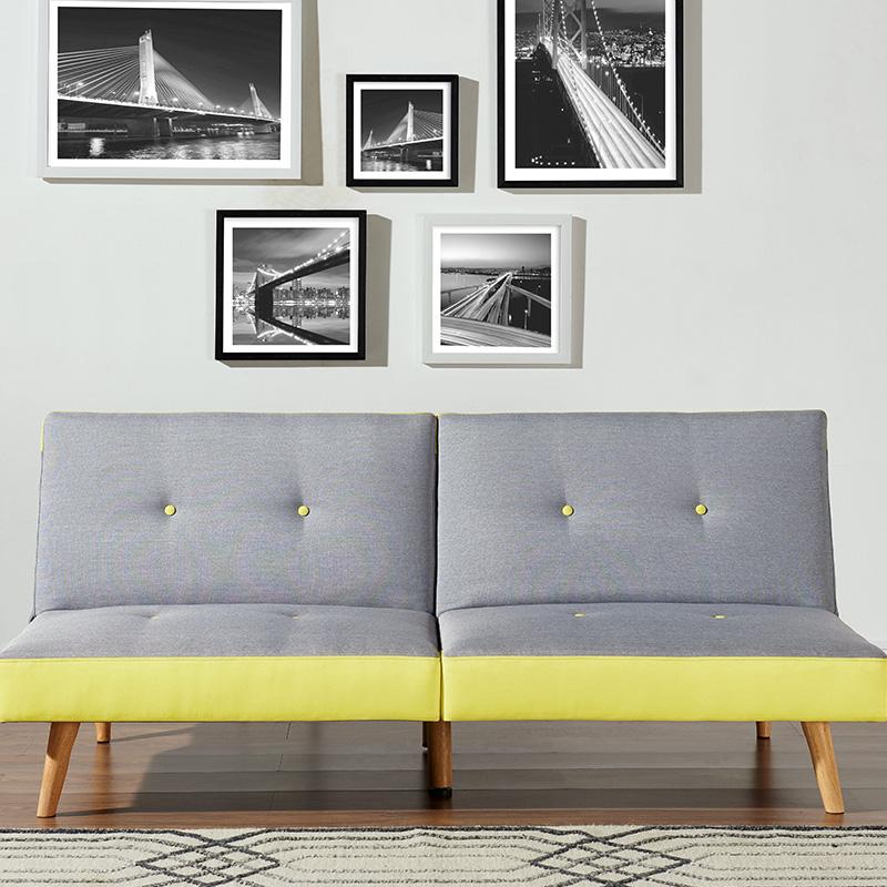 canapé deux place avec pieds boisés gris jaune déco murale tableau noir et blanc