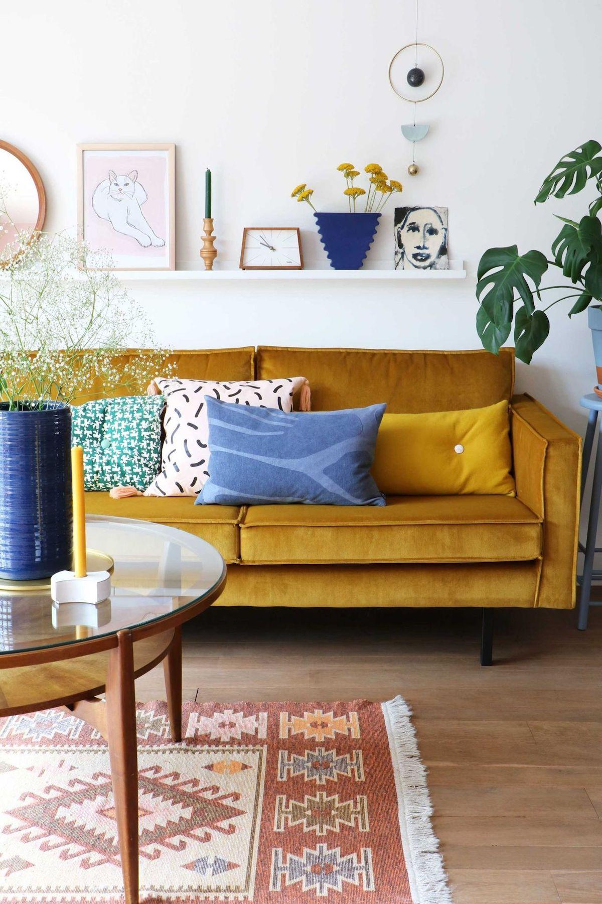 canapé jaune moutarde velours tapis ethnique table ronde verre blog déco