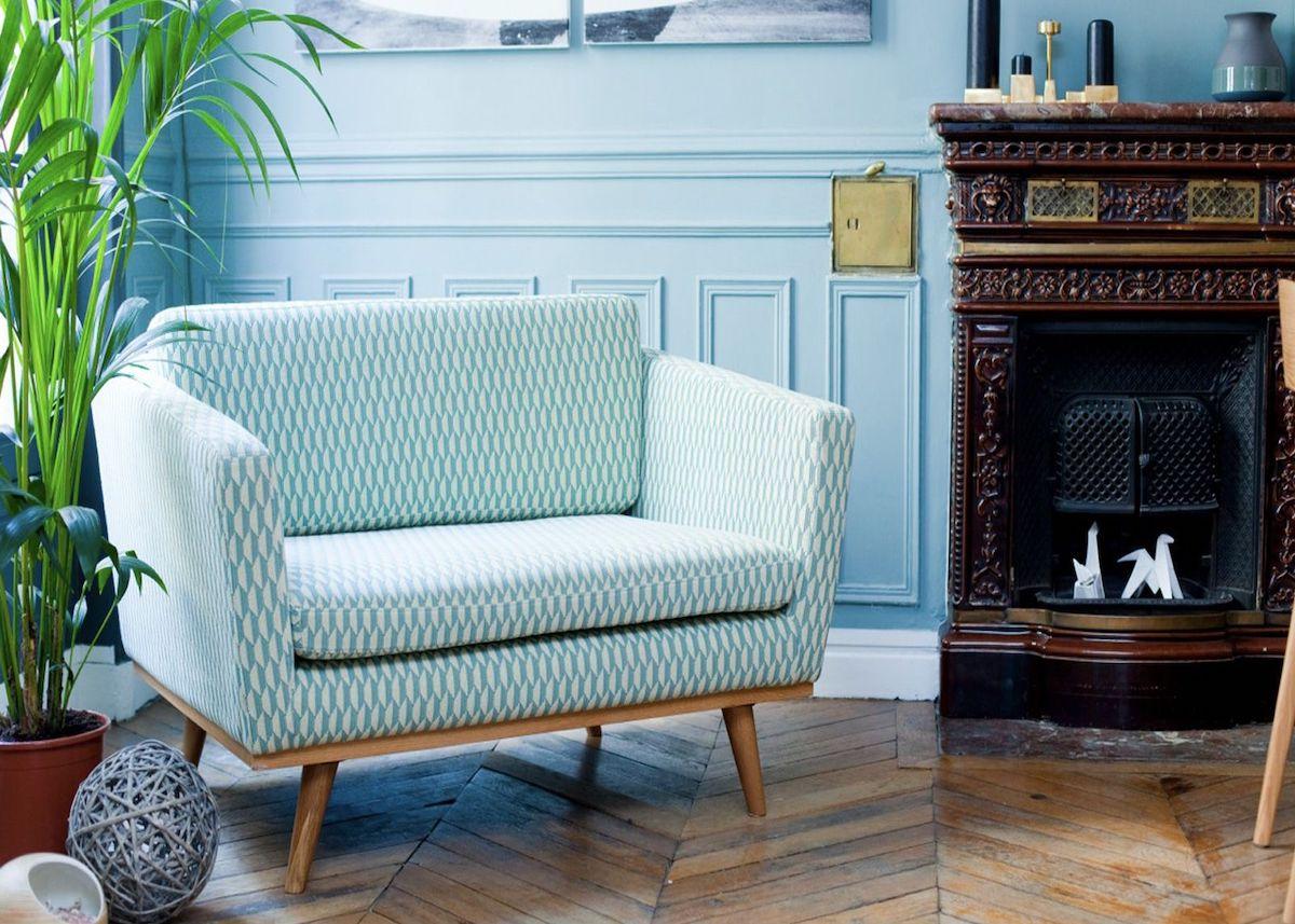 canapé petit salon vert menthe murs moulures bleu ciel