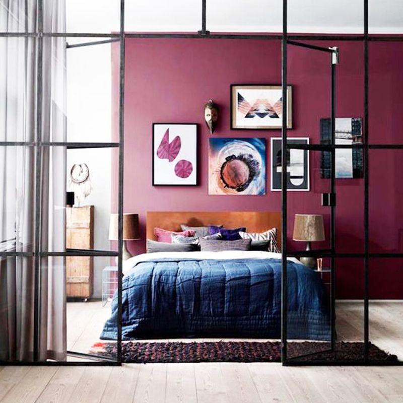 chambre lit double mur rouge prune plaid bleu porte vitrée métallique noire