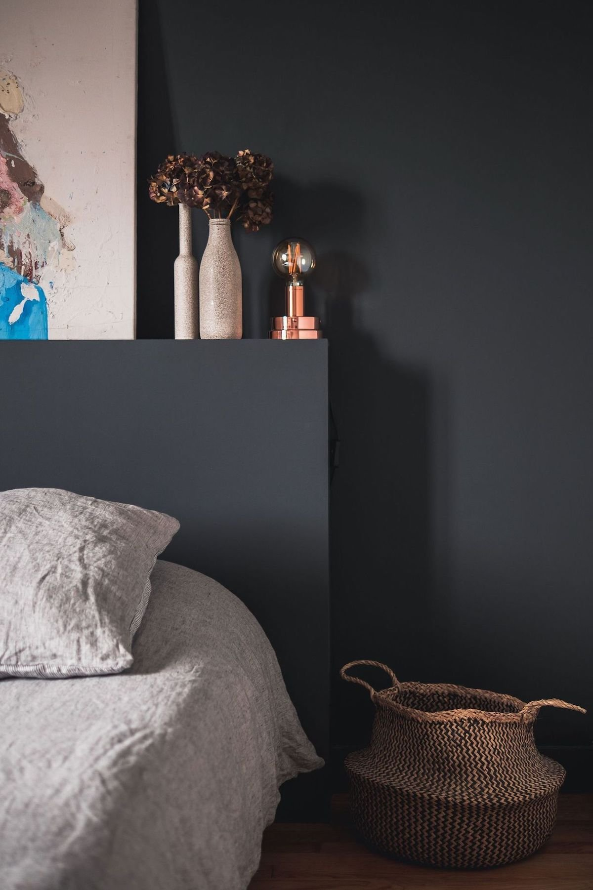 chambre noir panier osier rond linge de lit lin beige blanc parquet