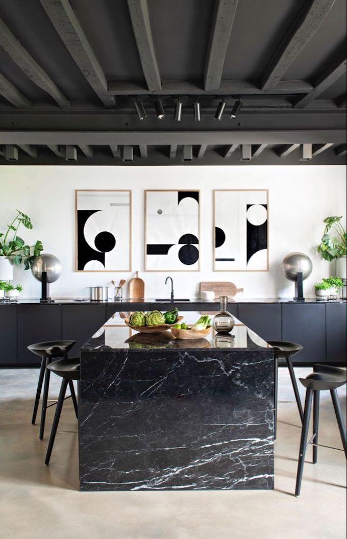 couleurs tendances 2021 noir salle à manger table marbre poutre bois apparent