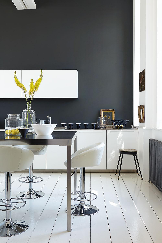 cuisine sobre noir blanc chaise haute blog deco intérieure