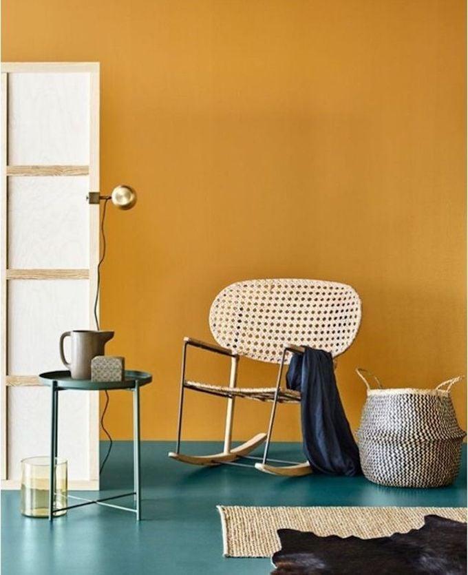 déco estivale jaune chaise cannage tapis fibre naturelle panier osier gris marron