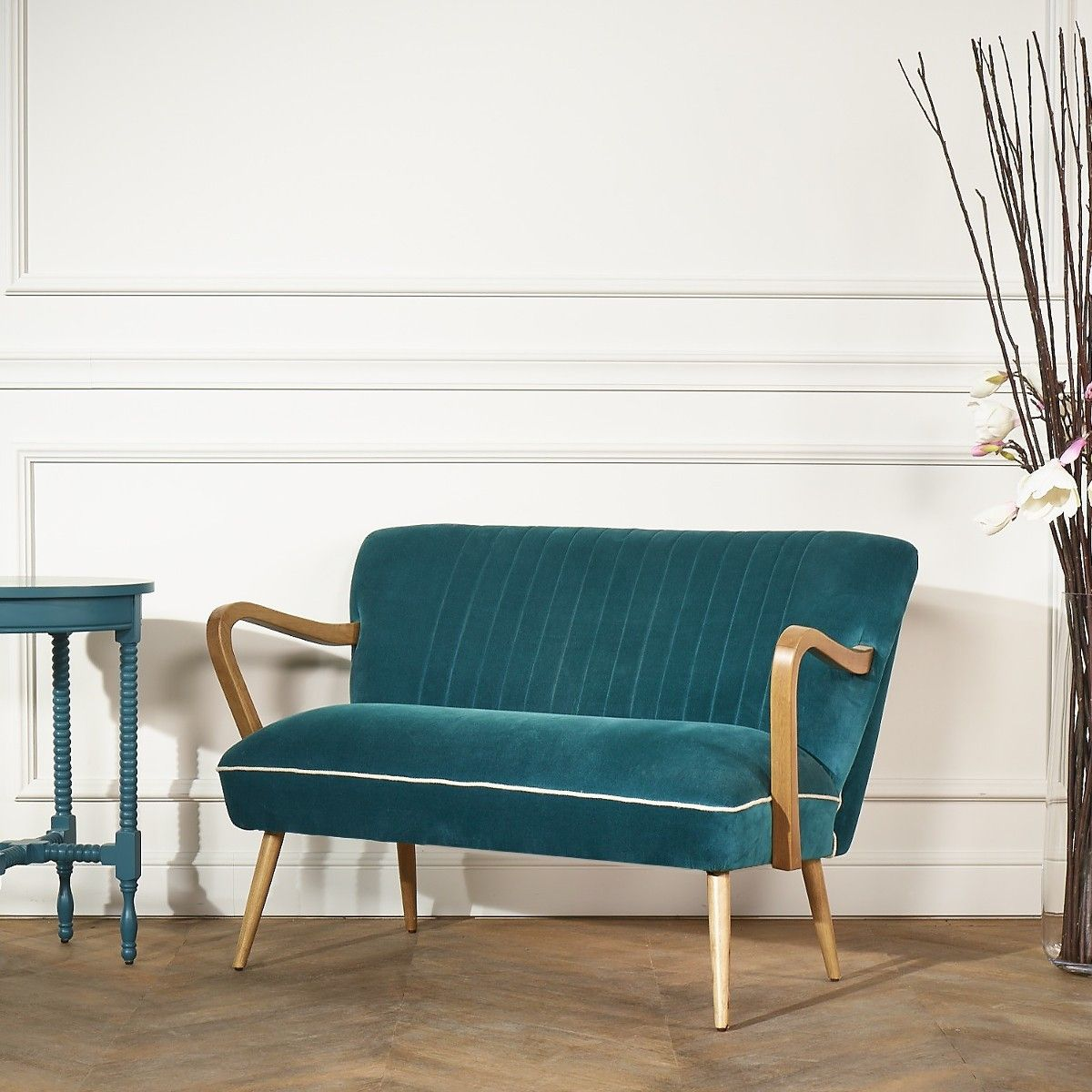 deco petit salon élégant canapé velours bleu canard pieds bois