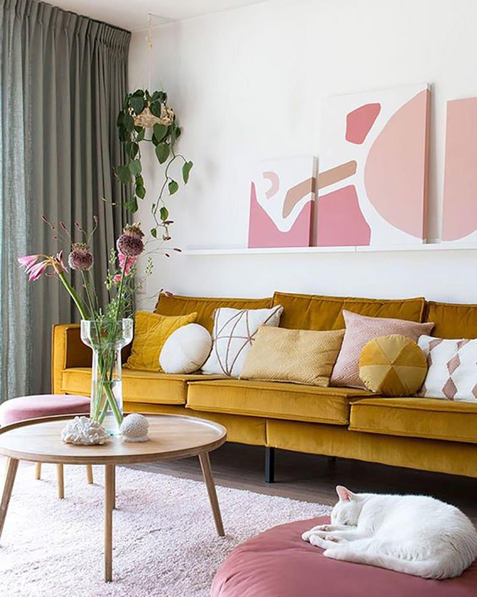 déco salon rose pastel jaune moutarde table ronde bois clematc