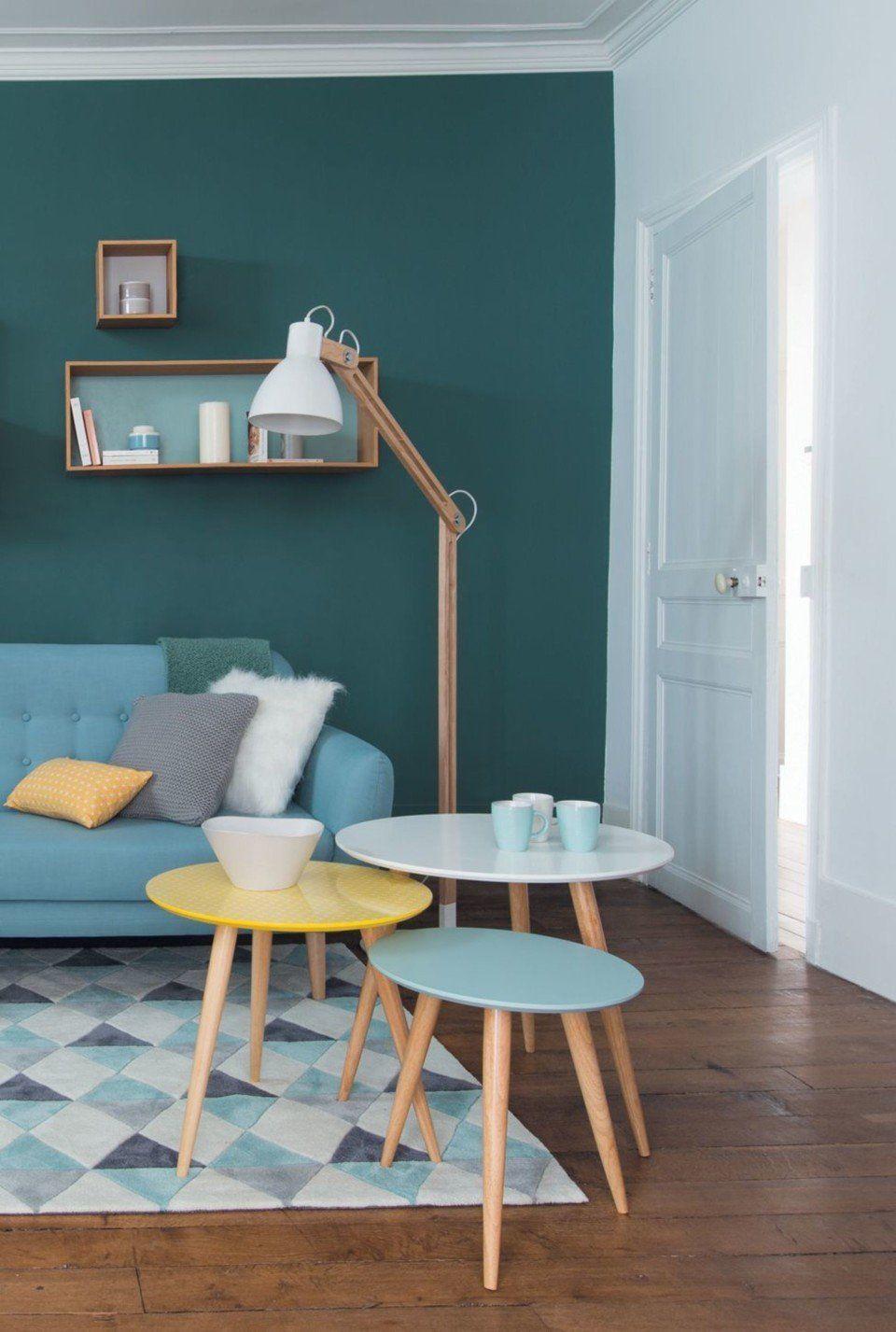 déco scandinave bleu ciel jaune table ronde bois tapis graphique
