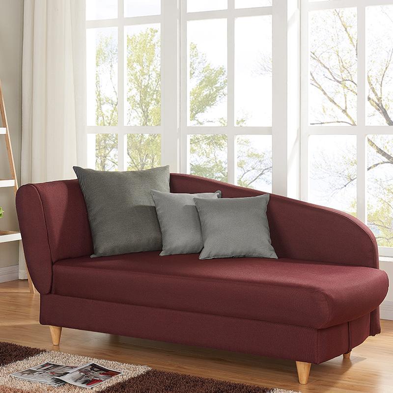 méridienne rouge lie de vin pieds bois coussin carré gris tapis frange marron beige