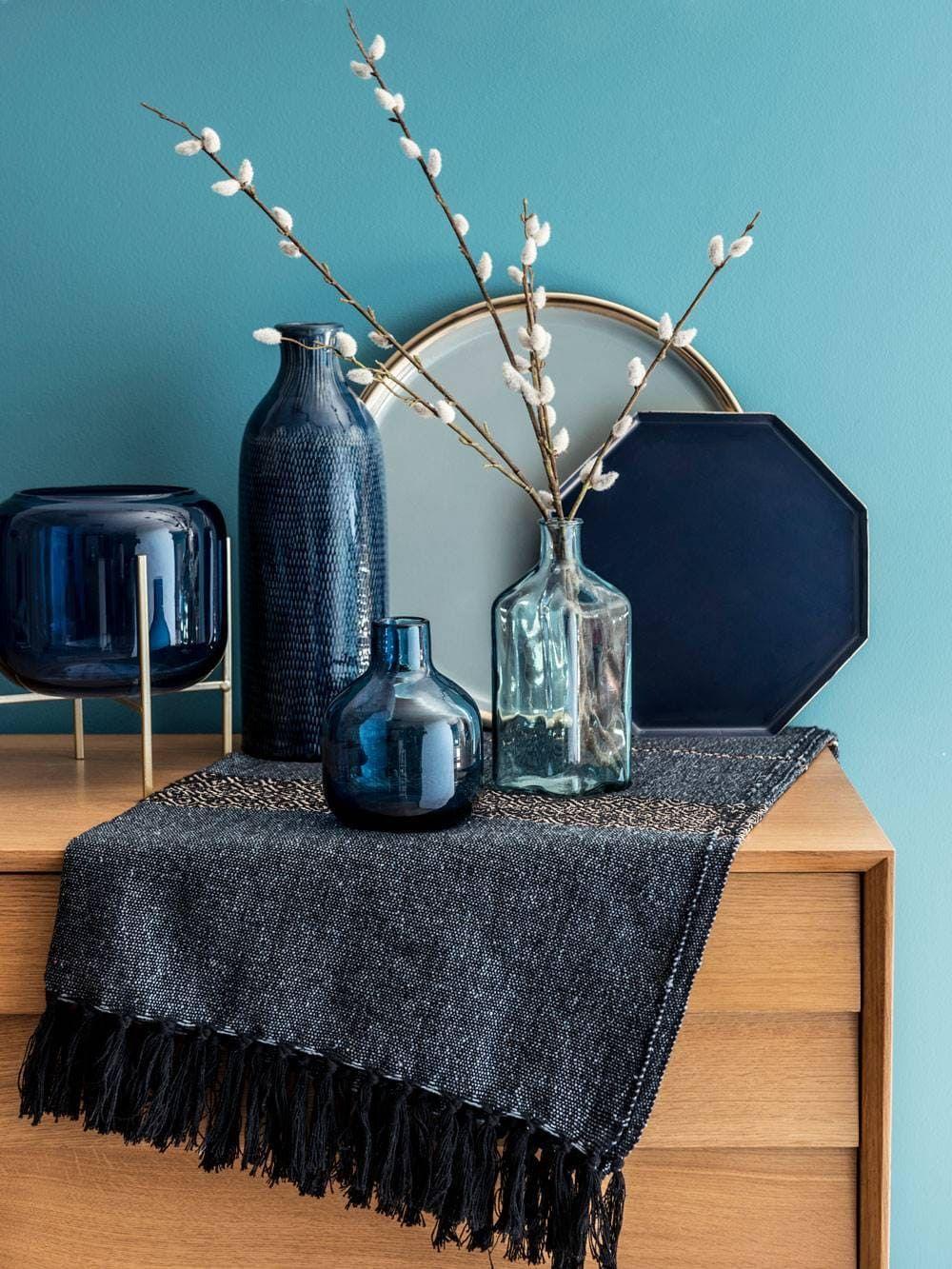 mobilier bois mur bleu accessoires verre soufflé