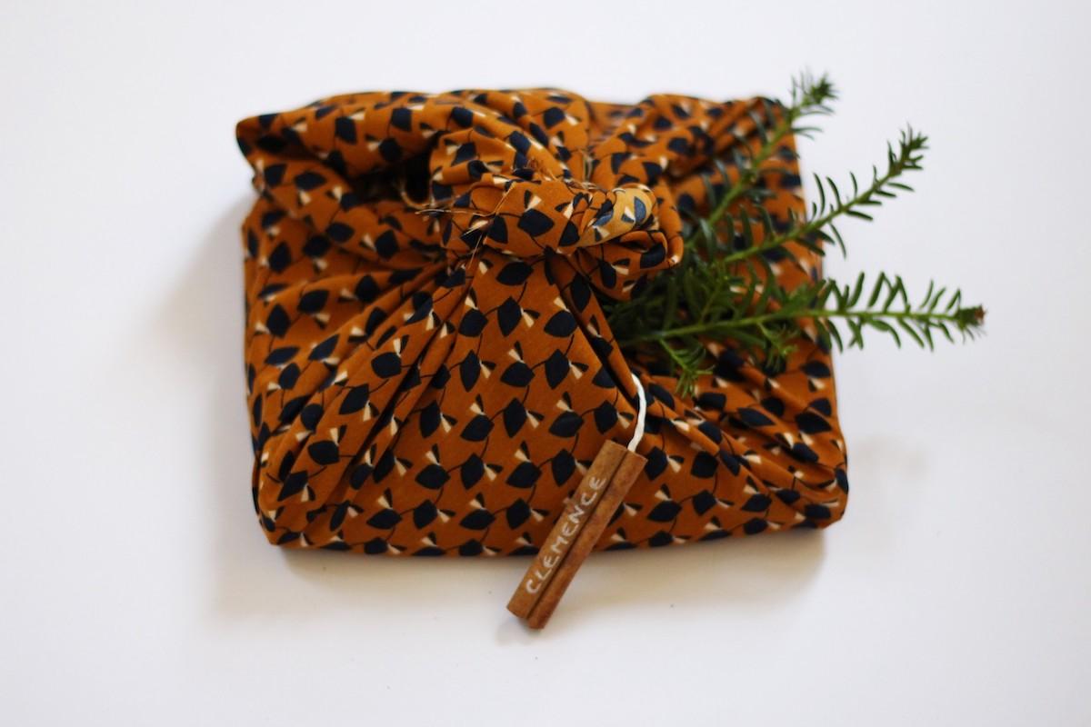 papier cadeau tissu étiquettes de Noël à faire soi-même bâton cannelle déco green Noël