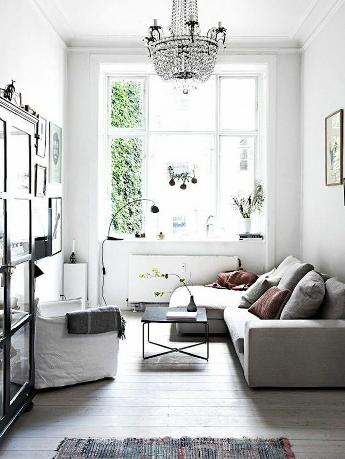 petit salon canapé gris table basse rectangle noir pièce lumineuse