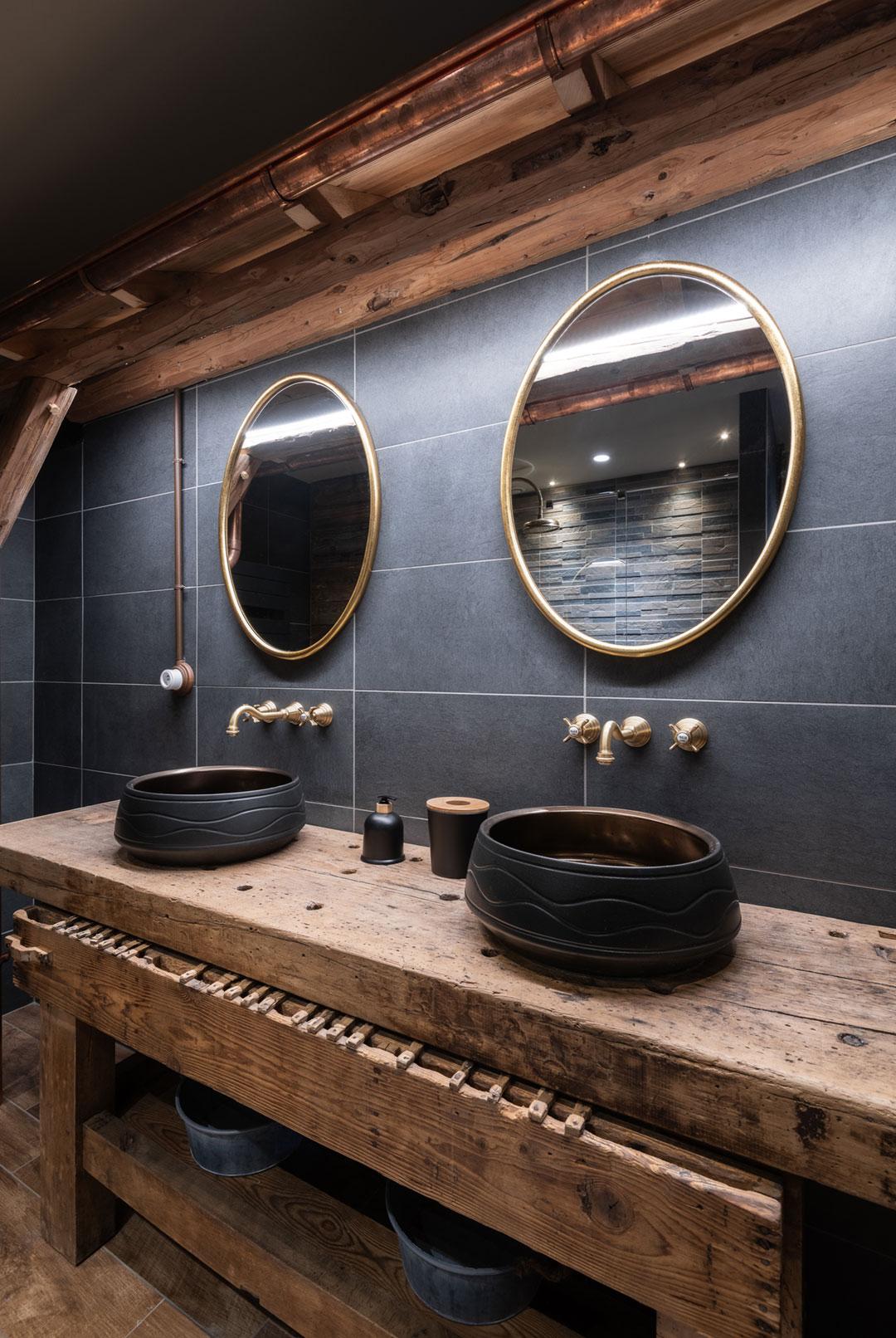 salle de bain industrielle béton gris bois brut laiton
