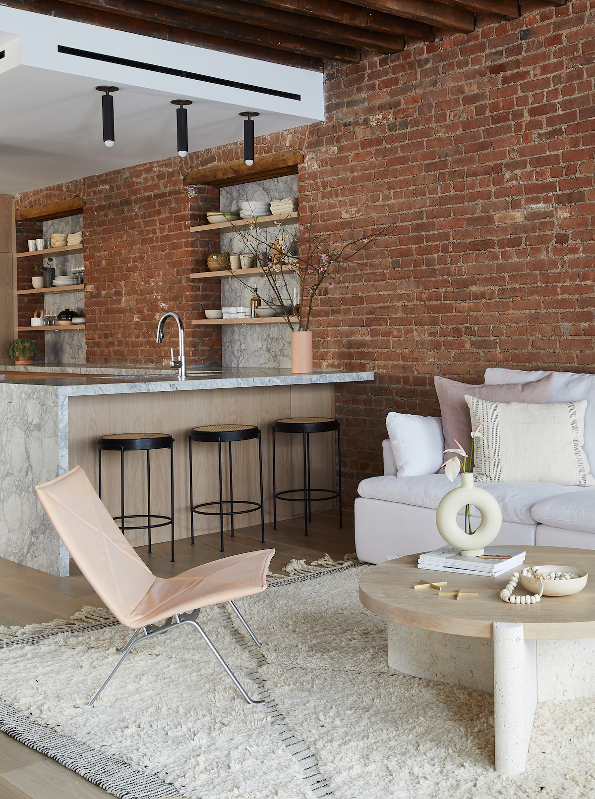 salon cuisine ouverte tendance mur brique plan de travail marbre blanc poutres bois blog déco