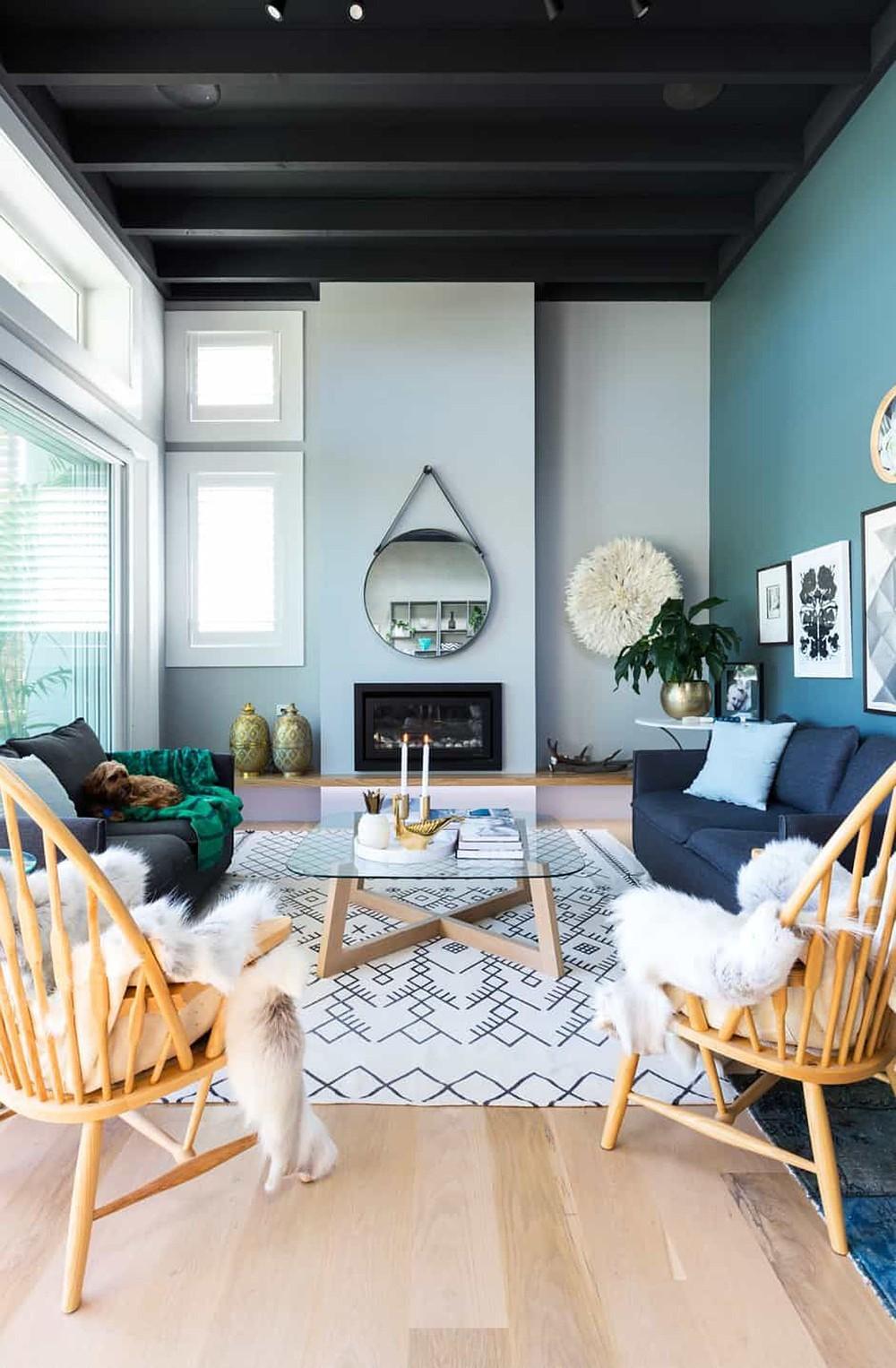 salon nuance bleu fauteuil rotin plaid fourrure blanche