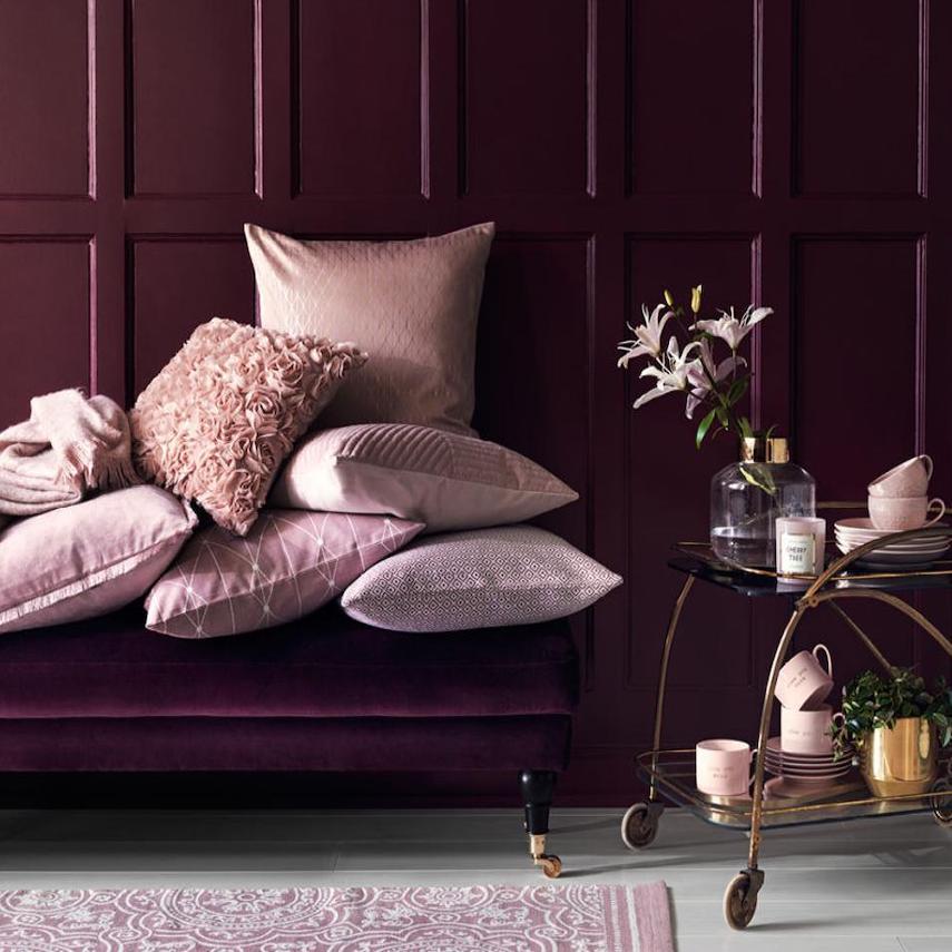 salon romantique banquette velours coussin rose poudre