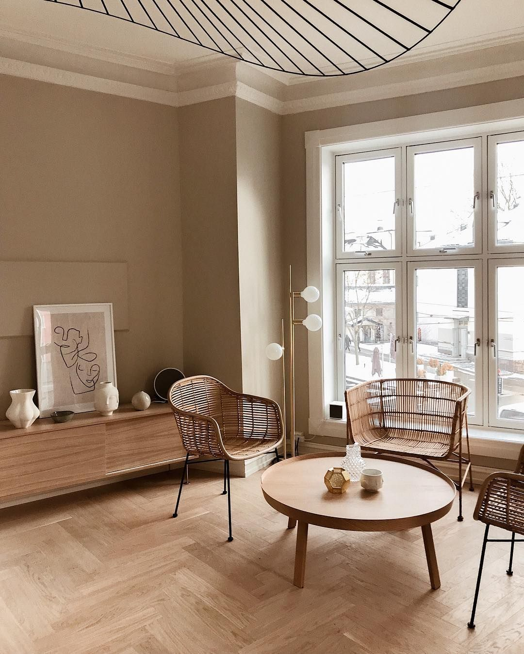 séjour beige blanc meublechaise table bois lampe laiton