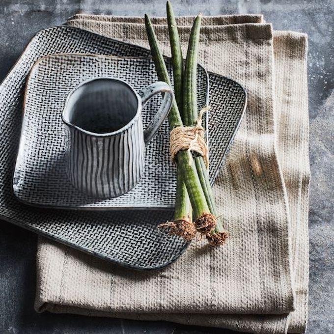 vaisselle grès carré noir blanc effet texture serviette en lin