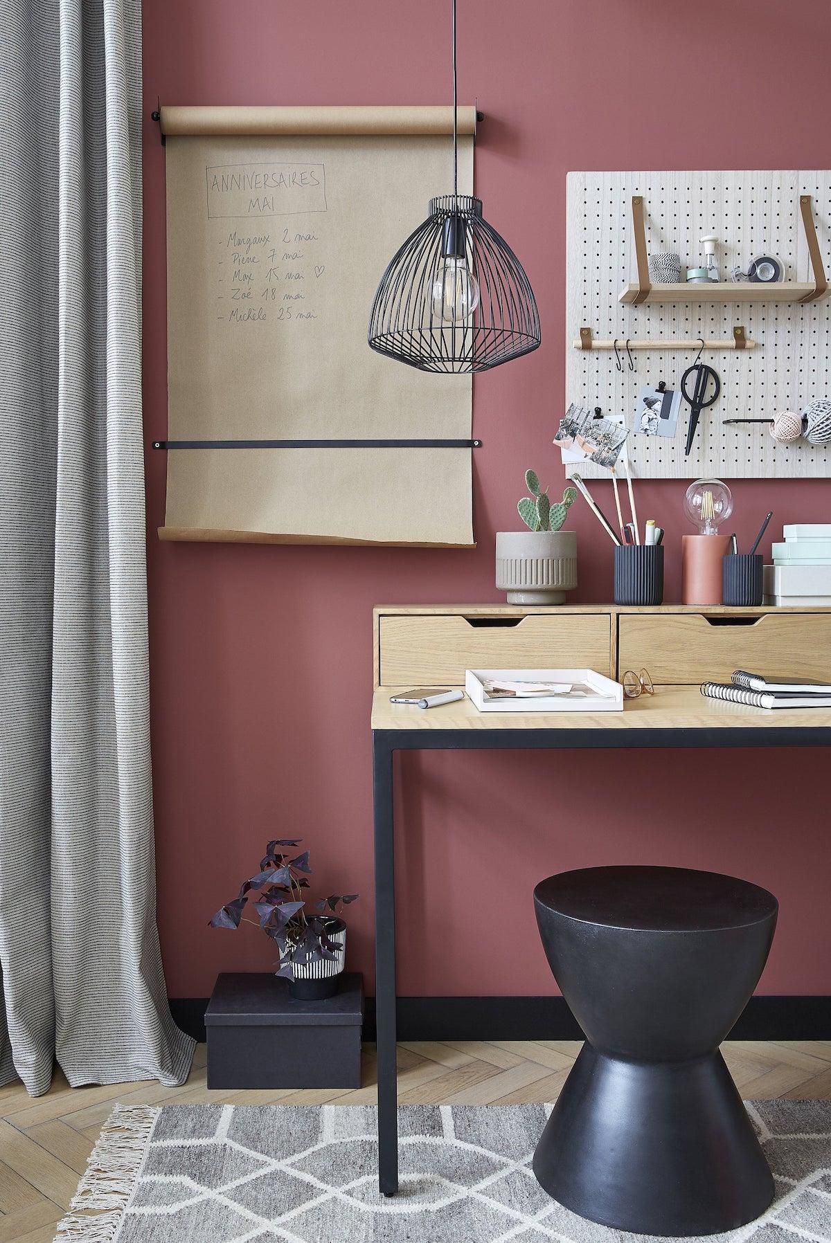 bureau idée déco intérieure mur rouge tabouret rond noir table bois