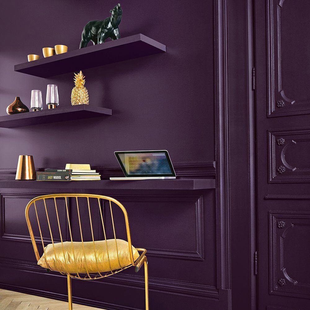 bureau violet chaise métal jaune moulure mur idée déco