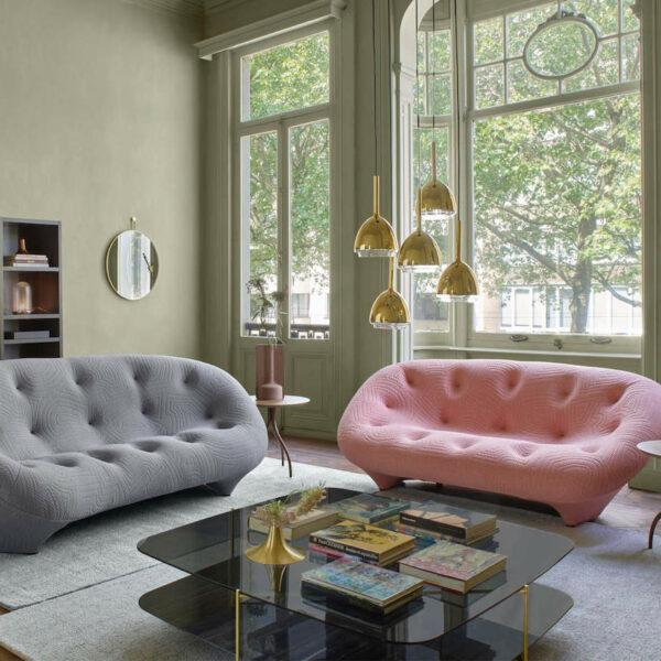 canapé ploum gris rose pastel suspension laiton salon élégant raffiné