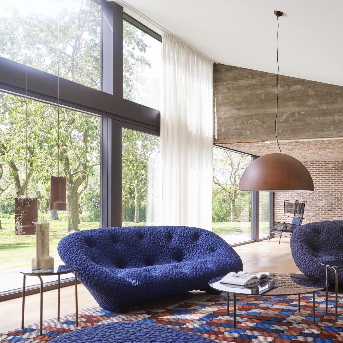 canapé rond confortable bleu marine sans pieds salon design rétro lumineux baies vitrées
