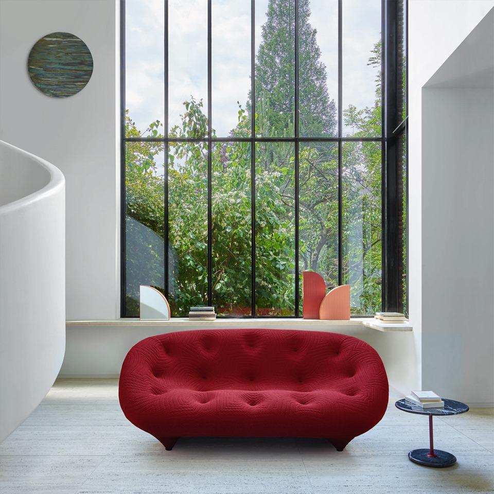 loft minimaliste rouge salon spacieux lumineux baie vitrée noire