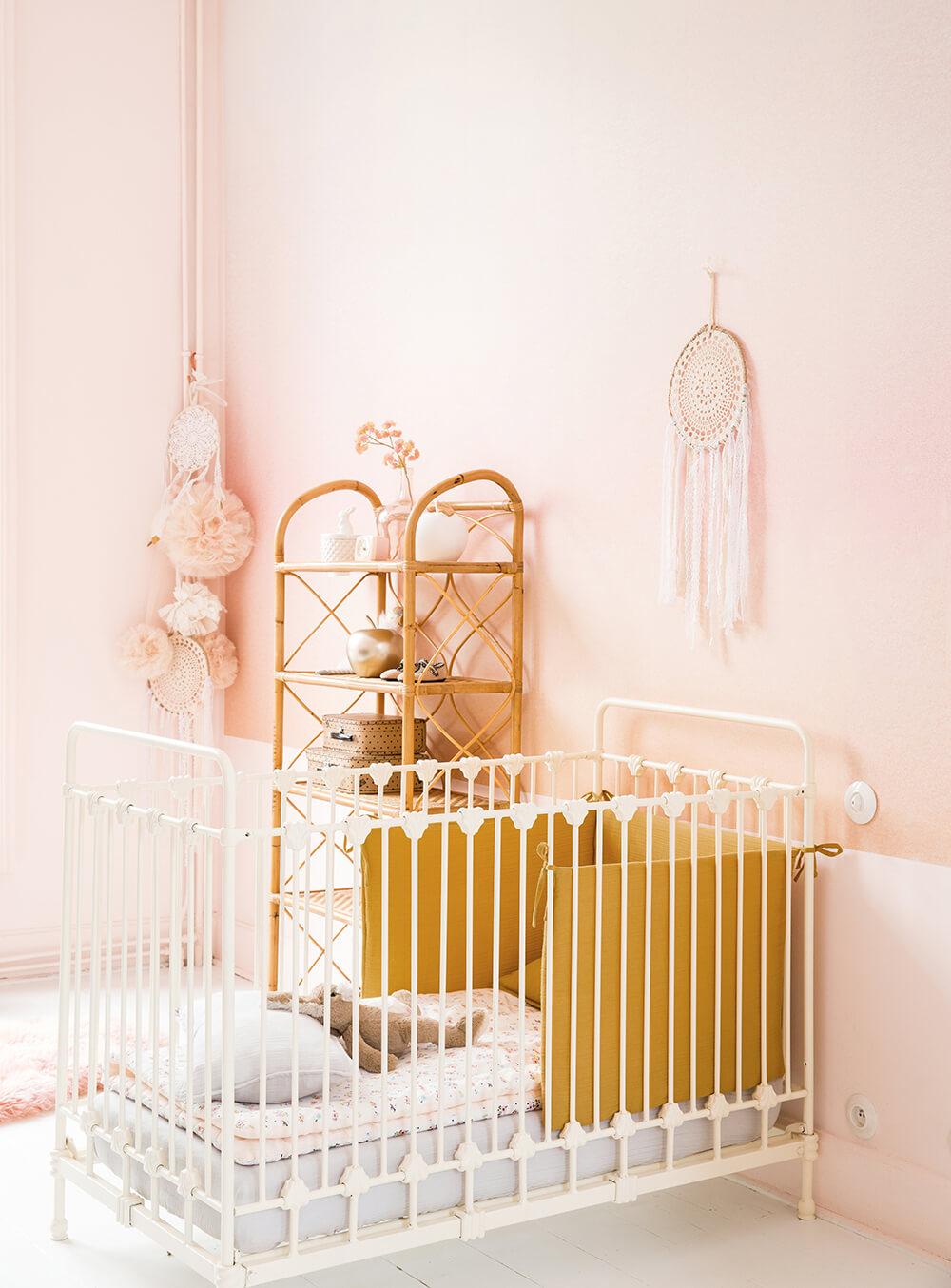 chambre enfant berceau mur rose pastel meuble rotin