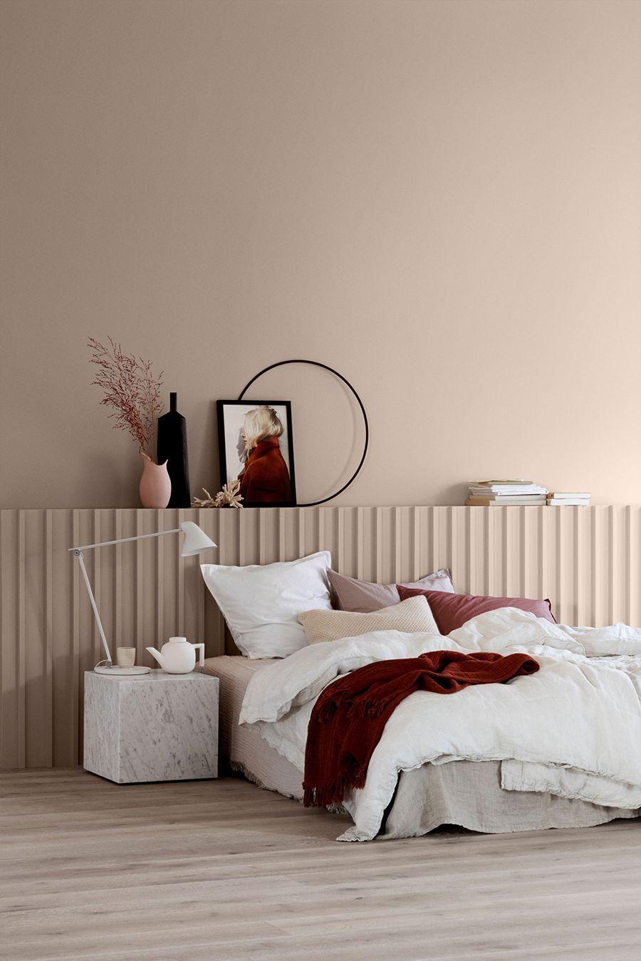 chambre épurée mur beige taupe plaid rouge sombre déco minimaliste