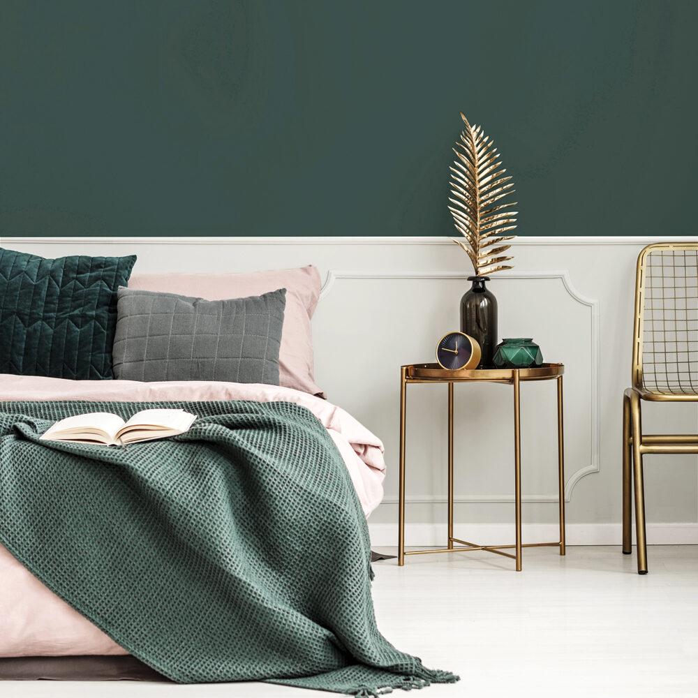 chambre parentale lit double rose poudré plaid vert kaki table basse chaise laiton