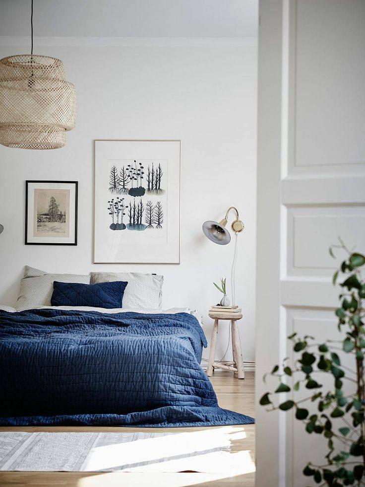 chambre parentale lit double tendance scandinave plaid bleu marine suspension fibres naturelles déco épurée