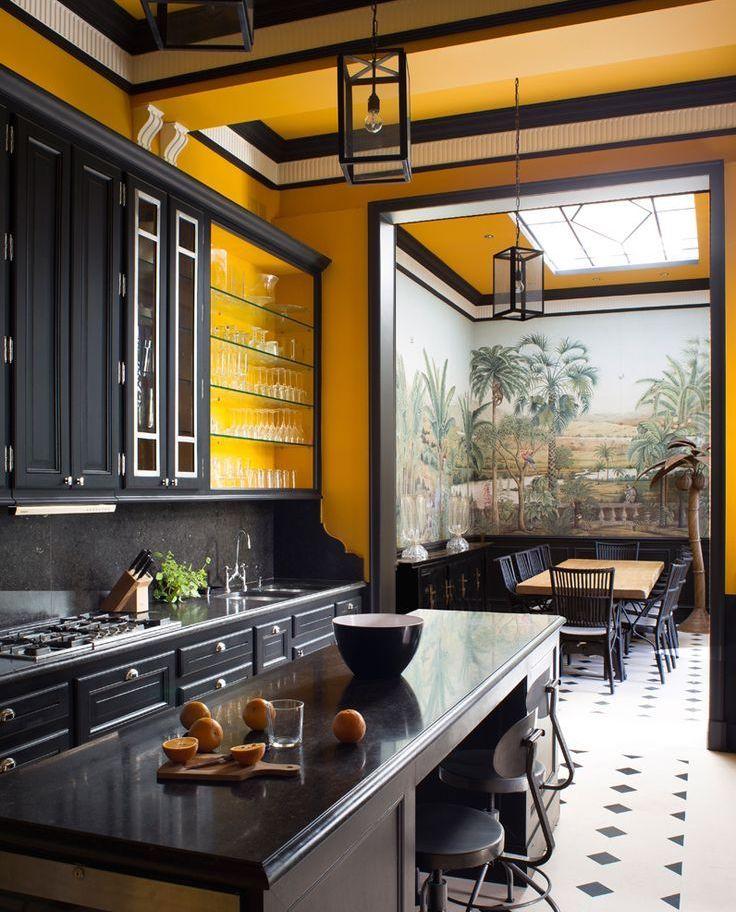 cuisine atypique mur jaune mobilier noir sol damier