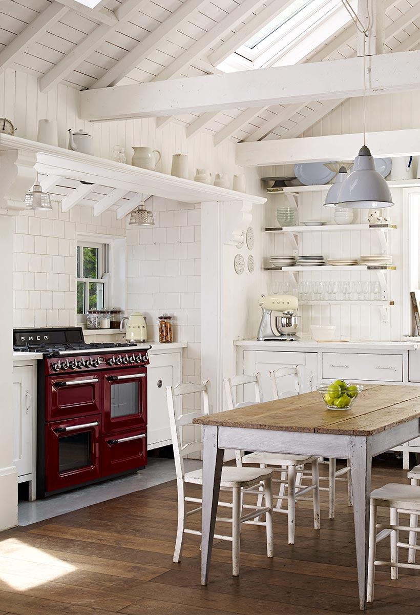 cuisine champêtre rouge bordeaux table bois blanc parquet bois lame blog déco