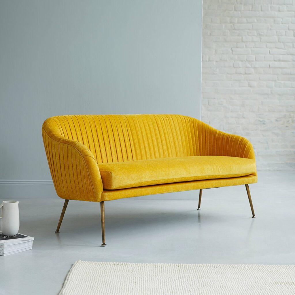 Pantone couleur de l'année 2021 canapé jaune salon gris - blog déco clemaroundthecorner