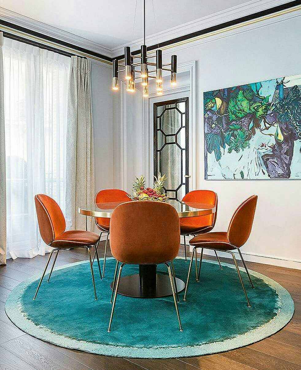 salle à manger tapis rond turquoise chaise orange