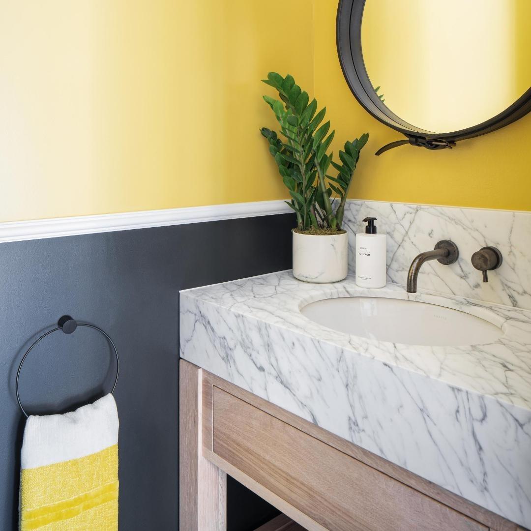 salle de bain grise jaune pantone Ultimate Gray illuminating