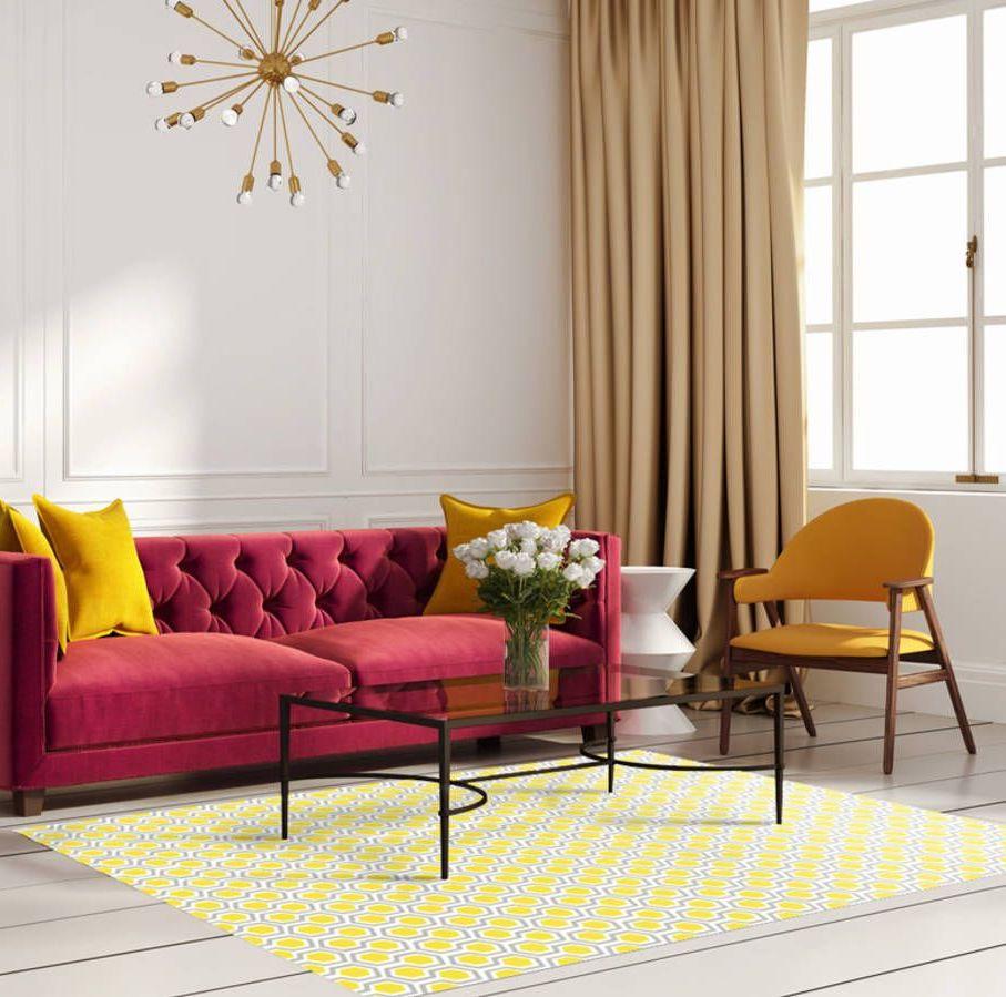 salon feutré lumineux canapé velours rouge chaise tapis jaune table basse métallique noire