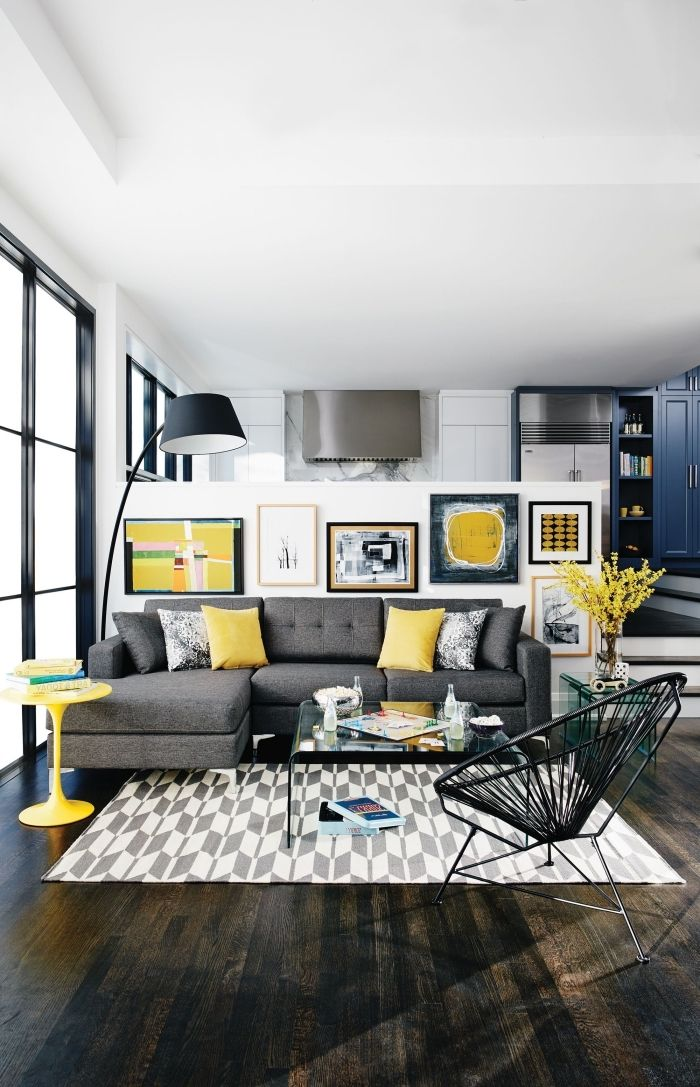 salon gris noir jaune déco lumineuse pétillante parquet bois sombre