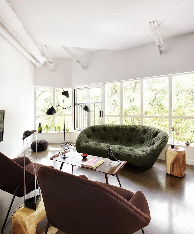 salon icone design vert kaki parquet lampadaire serge mouille